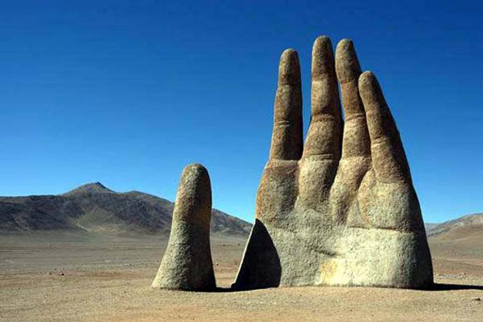 La Mano en el Desierto. Obra del arquitecto y escultor chileno Mario Irarrázabal.