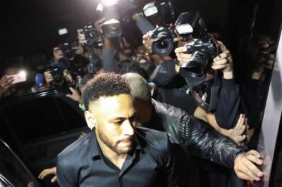 El jugador brasileño Neymar sale después de declarar en la Comisaría