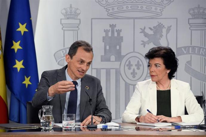 El ministro de Ciencia, Innovación y Universidades Pedro Duque, y la ministra Portavoz Isabel Celaá