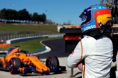 El McLaren deja tirado a Fernando Alonso y los comisarios limpian la pista de aceite