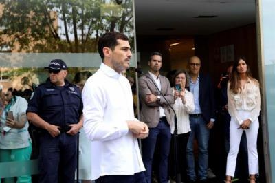 El portero español Iker Casillas a su salida del hospital de Oporto