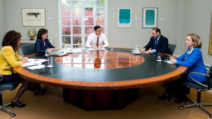 Pedro Sánchez se reúne con la vicepresidenta, las ministras de Hacienda y Economía, y el de Fomento para analizar el fallo de las hipotecas. MONCLOA