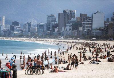 Miles de bañistas en las playas de Rio de Janeiro pese a restricciones por pandemia
