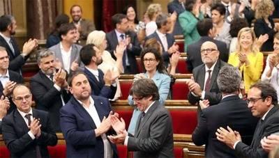 El Parlament aprueba la ley para convocar el referéndum ante los escaños vacíos de la oposición