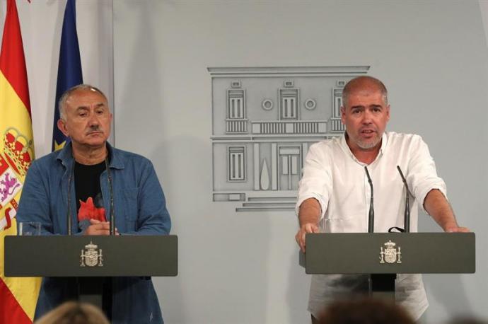 secretarios generales, de UGT, Pepe Álvarez (i), y de CCOO, Unai Sordo (d), durante la rueda de prensa