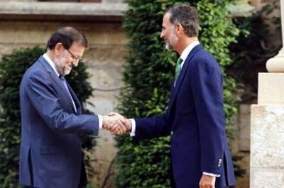 Rajoy anuncia al rey que convocará al Gobierno en agosto para recurrir la ley de referéndum