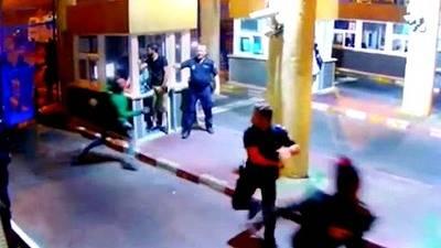 La Policía intentó parar a patadas y porrazos a los migrantes que cruzaron la frontera en Ceuta
