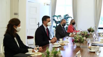 Pedro Sánchez durante un almuerzo con altos cargos del de Letonia el miércoles.JM Cuadrado (Moncloa)