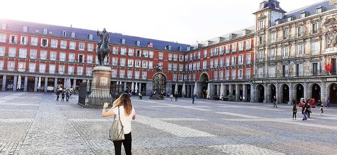 La Plaza Mayor de Madrid, vacía de turistas y visitantes. En una situación normal sería casi imposible transitar con facilidad por esta zona (foto:Juan Ignacio Vera)