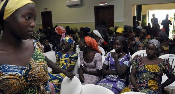 Presidente de Nigeria recibe a las 82 estudiantes liberadas en Chibok
