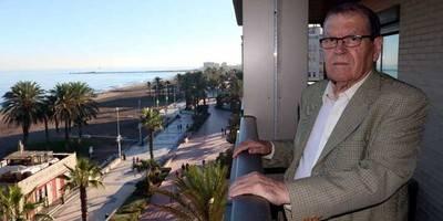 José Antonio Sierra en el balcón de su piso en Málaga, frente al mar