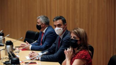 Pedro Sánchez acompañado por la vicesecretaria general del partido y portavoz del grupo parlamentario socialista, Adriana Lastra, y el secretario de Organización, Santos Cerdán, durante la reunión. EFE/Javier Lizón