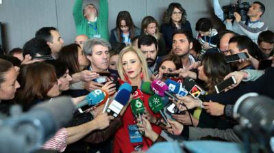 Cifuentes dirige la polémica de su máster contra el PSOE