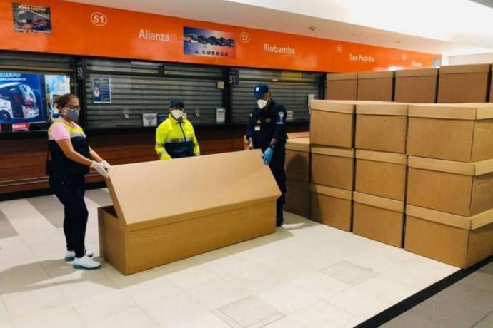 Ante la falta de féretros, las autoridades de Guayaquil han distribuido cajones de cartón para las víctimas de coronavirus
