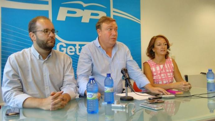 Fernando Lázaro, a la izquierda de la imagen, junto al ex alcalde de Getafe, Juan Soler, y Paz Álvarez, ex concejala para la que el juez de Instrucción también ha solicitado la apertura de juicio oral.