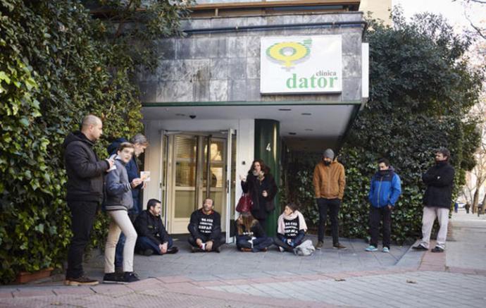 Un grupo de personas, a las puertas de la clínica Dator, obstaculizan a las mujeres que entran a abortarPATRICIA J. GARCINUÑO