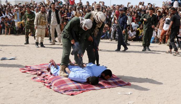 Wadah Refat, y Mohamed Khaled fueron ejecutados en una plaza pública por secuestrar, violar y asesinar a Mohamed Saad, un niño de doce años, en mayo del año pasado.