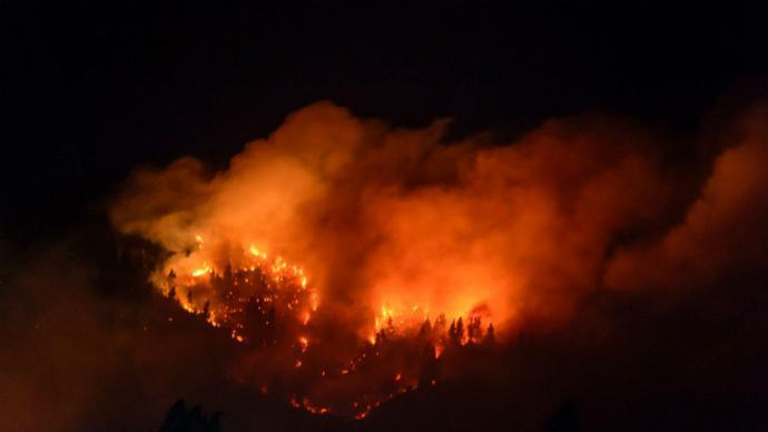 Chile batalla con incendios forestales en el sur e inundaciones en el norte