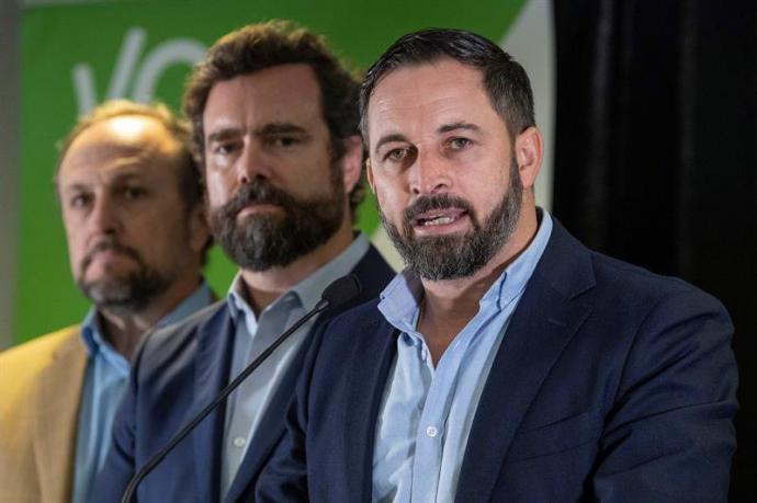 El presidente de Vox Santiago Abascal (d) acompañado por Iván Espinosa de los Monteros (c) Luis Gestoso