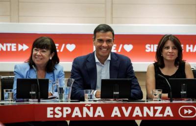 El secretario general del PSOE, Pedro Sánchez; la presidenta del partido, Cristina Narbona (i), y la portavoz, Adriana Lastra