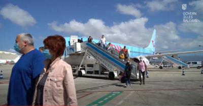 Turistas alemanes a su llegada al aeropuerto de Palma de Mallorca.