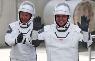 Bob BehnkenyDoug Hurleyfueron  los astronautas a bordo de la nave en esta histórica misión
