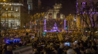 Cibeles, también iluminada de violeta, y la Puerta de Alcalá, al fondo, muestran una imagen singular entre la riada de manifestantes OLMO CALVO