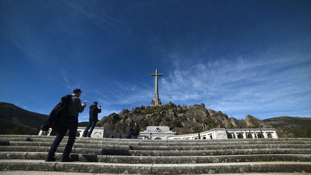 Turistas fotografiando la cruz del Valle de los Caídos | Foto: Fernando Sánchez