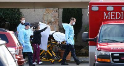 Un paciente es transferido a una ambulancia en el Life Care Center en Kirkland, Washington, donde se han presentado varios casos de coronavirus