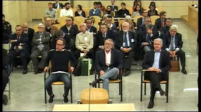 Los 24 acusados por el juicio sobre la visita del Papa en el banquillo de la Audiencia Nacional.