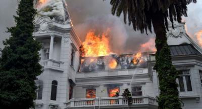 Protestas en Chile: incendian edificio histórico de la Universidad Pedro de Valdivia e irrumpen en embajada de Argentina