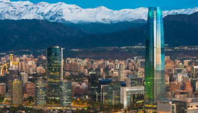 Vista parcial de Santiago de Chile con la impresionante cordillera de los Andes al fondo
