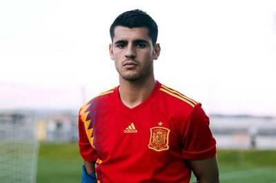 Álvaro Morata modela la nueva camiseta de la Selección de España