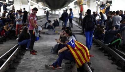 Cataluña: bloquean vías de tren y 150.000 personas se quedan sin viajar