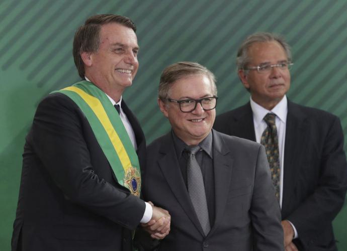 Jair Bolsonaro junto a su ministro de Educación Ricardo Vélez Rodríguez el 1 de enero. Tres meses después lo despidió.