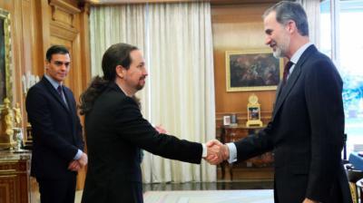 Felipe VI saluda al vicepresidente segundo, Pablo Iglesias, en presencia del presidente del Gobierno, Pedro Sánchez.Pool - Archivo