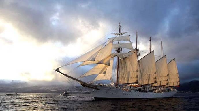 Qué hay que hacer para viajar en el buque Elcano como el marido de Cospedal