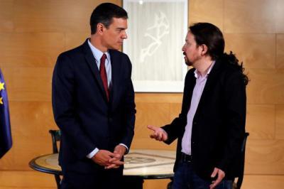 El presidente del gobierno Pedro Sánchez (i) y el líder de Podemos Pablo Iglesias,