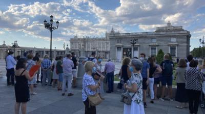 Familiares a las puertas de la catedral que no pudieron presenciar la misa.M.Z.
