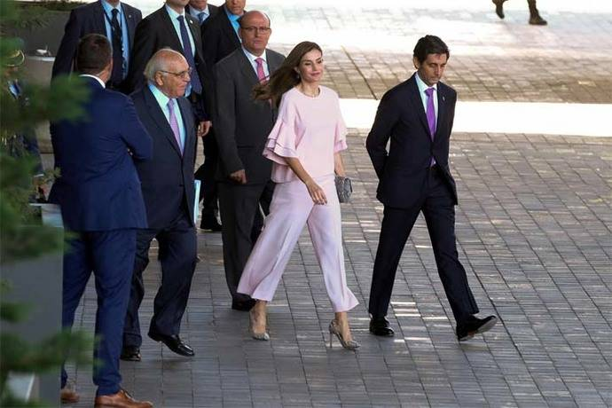 La Reina preside una reunión de la FAD