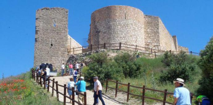 Turistas españoles visitan  un castillo (imagen de referencia)