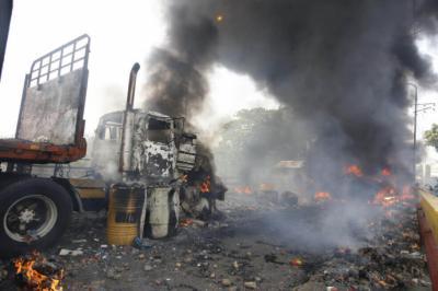 Uno de los camiones con ayuda que fue quemado al pasar a Venezuela. Según la oposición, eso es un crimen de lesa humanidad.