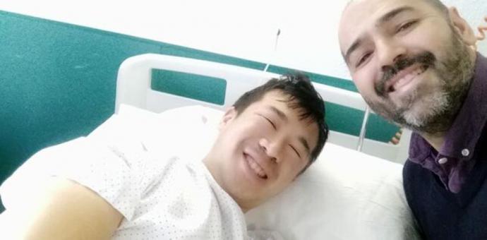 Thomas Liu en el hospital con un amigo IMAGEN CEDIDA
