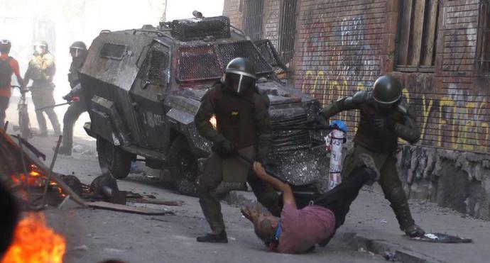 Los Carabineros le rompieron la cabeza y el pómulo a Patricio Bao, acción que ha indignado a la sociedad de Chile.