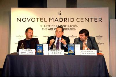 De (i) a (d), José Manuel Martín de Turpin Editores, Roberto Baños autor del libro y José Alberto García Anadón, director del Hotel Novotel  lugar de presentación de la obra.