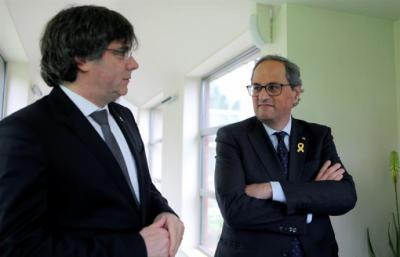 El presidente de la Generalitat, Quim Torra (d) y el expresidente catalán Carles Puigdemont (i)
