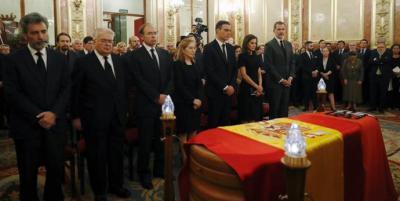Los reyes Felipe VI (7-i), y doña Letizia (6-i) y el presidente del Gobierno en funciones, Pedro Sánchez (5-i), entre otros, durante la capilla ardiente del exvicepresidente del Gobierno Alfredo Pérez Rubalcaba