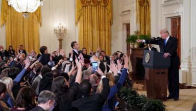 Trump insulta a dos periodistas y advierte que podría retirar más acreditaciones