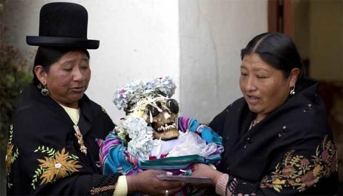 Bolivia: La 'Fiesta de las ñatitas', el culto a los cráneos milagrosos