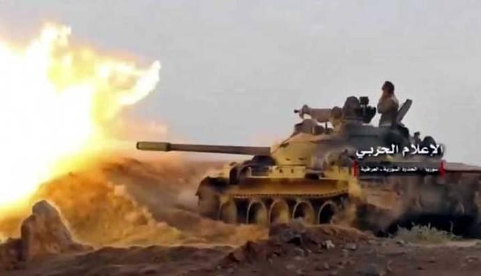 Un tanque sirio disparando contra milicianos del Estado Islámico en la zona fronteriza con Iraq, este miércoles.